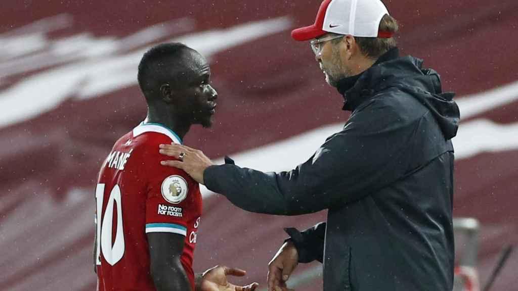 Sadio Mané y Klopp durante un partido del Liverpool