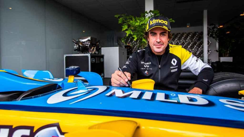 Fernando Alonso y el Renault con el que se proclamó campeón del mundo