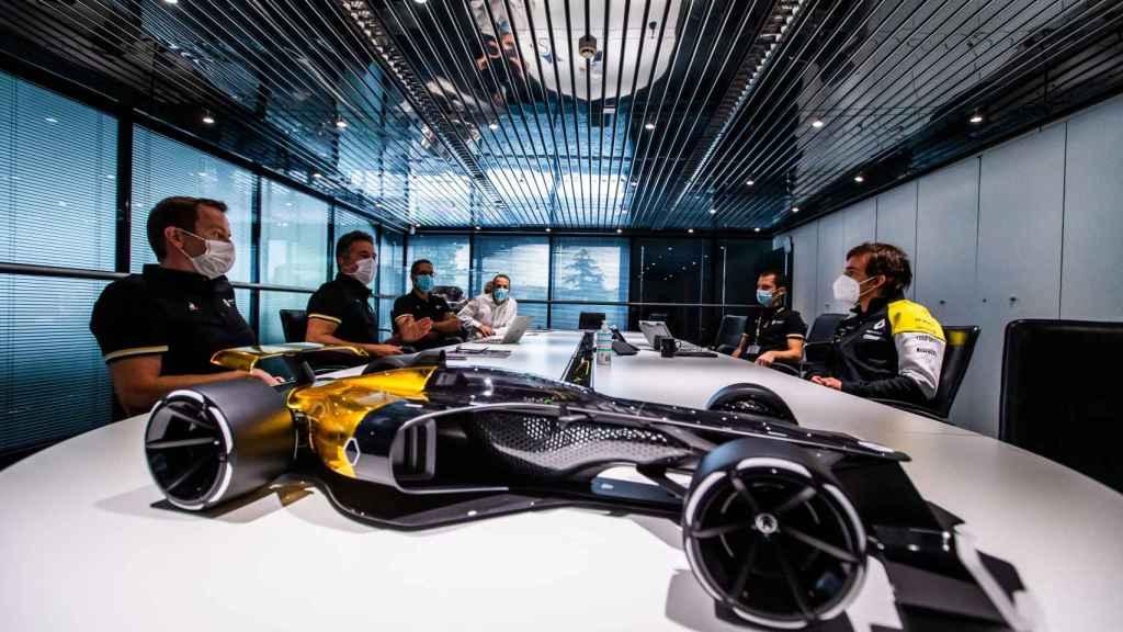 Fernando Alonso en una reunión de Renault en Enstone
