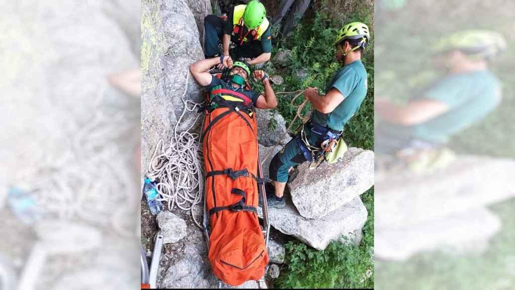 Álvaro en el momento en el que sus compañeros le rescatan.