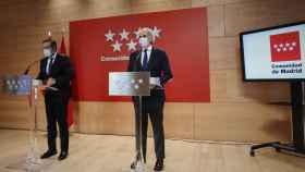 El consejero de Justicia, Interior y Víctimas, Enrique López (i), y el consejero de Sanidad, Enrique Ruiz Escudero, durante una rueda de prensa en la Real Casa de Correos, en Madrid (España), este viernes.