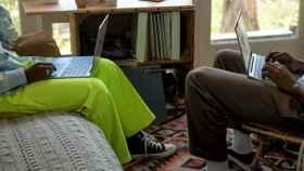 Dos personas con sus portátiles.