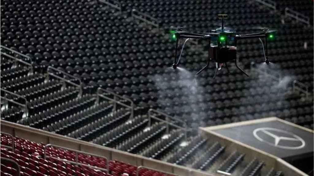 Dron desinfectando un estadio.