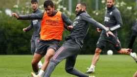 Victor Chust peleando un balón con Benzema