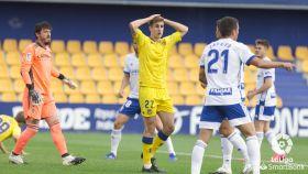 Un jugador del Alcorcón se lamenta en el partido frente al Zaragoza