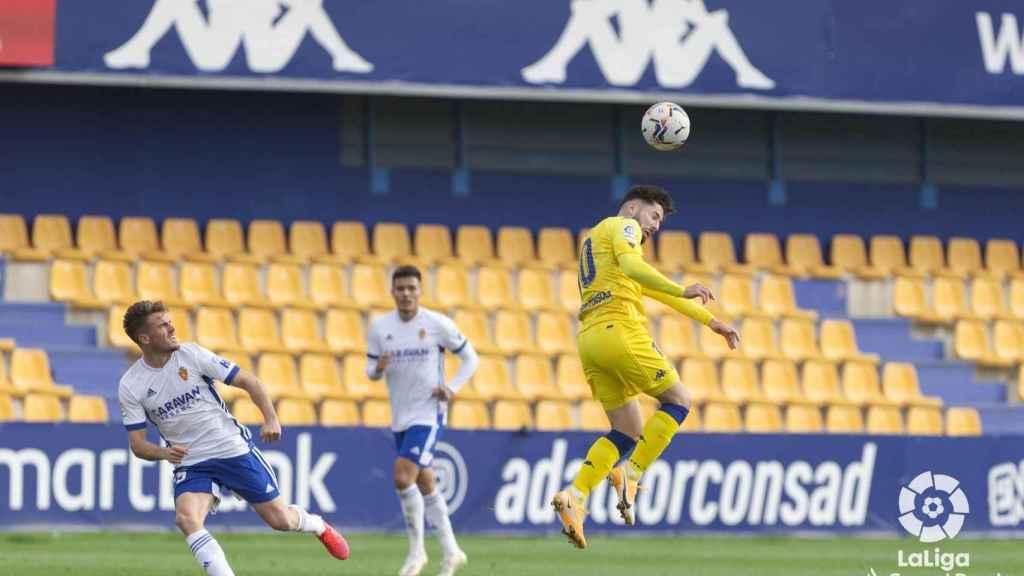 Los jugadores de Alcorcón y Zaragoza se disputan el esférico