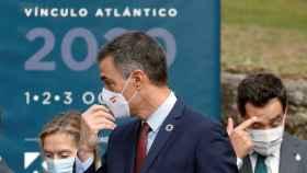 Pedro Sánchez, junto a Ana Pastor y Juanma Moreno, a su llegada a la clausura del Foro La Toja 2020.