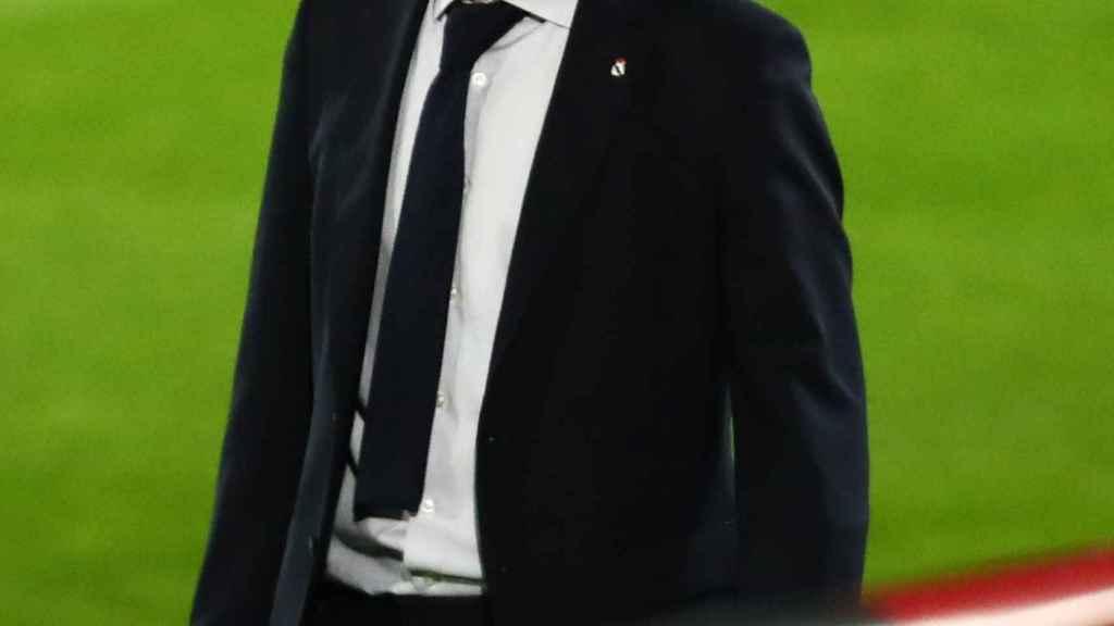 Zinedine Zidane, en el banquillo del Real Madrid durante el choque de La Liga frente al Real Valladolid