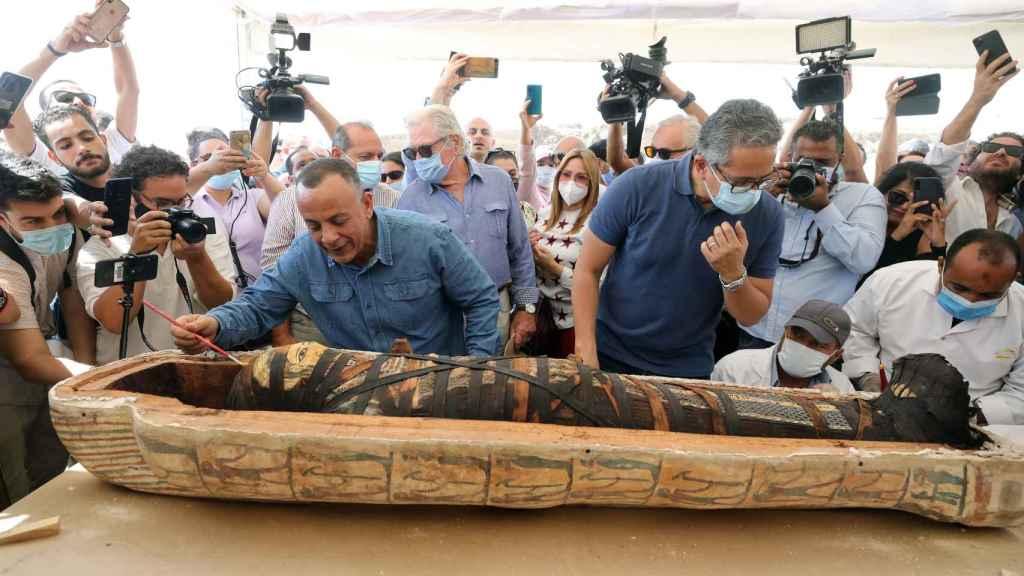Mostafa Waziri, secretario general del Consejo Supremo de Antigüedades, y Khaled El-Enany, ministro de Antigüedades, abriendo uno de los sarcófagos.