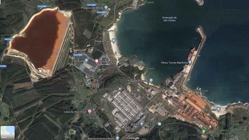 Laguna de lodos rojos en la fábrica de aluminio de Alcoa en Lugo