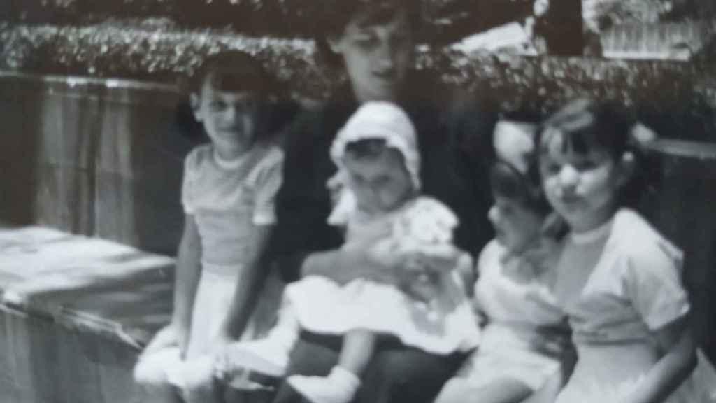 Maria Luis Segoviano y sus hermanas, con su madre en Tánger.