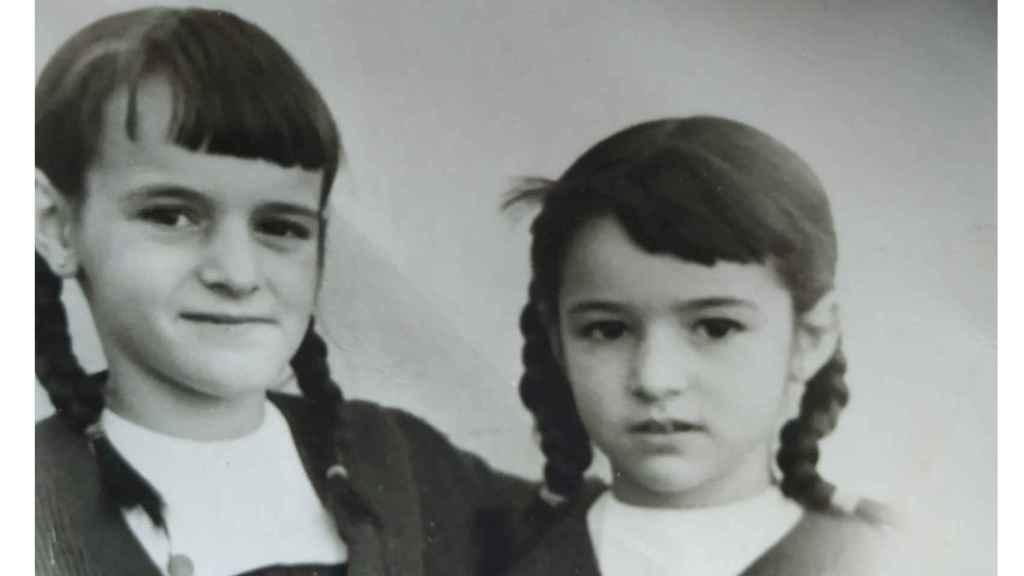 Maria Luisa con su hermana Julia, con el uniforme del colegio Santa Isabel de Larache.