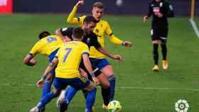 Los jugadores del Cádiz intentan robar el balón