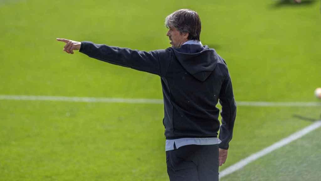 David Aznar, entrenador del Real Madrid Femenino, da órdenes durante el Clásico