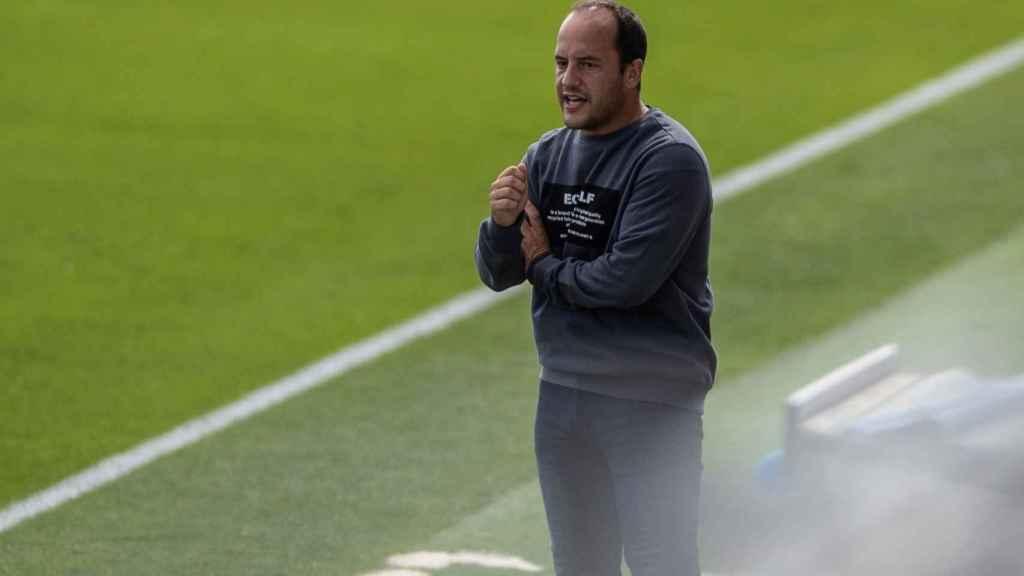 Lluís Cortés, entrenador del FC Barcelona Femenino, durante el choque frente al Real Madrid Femenino