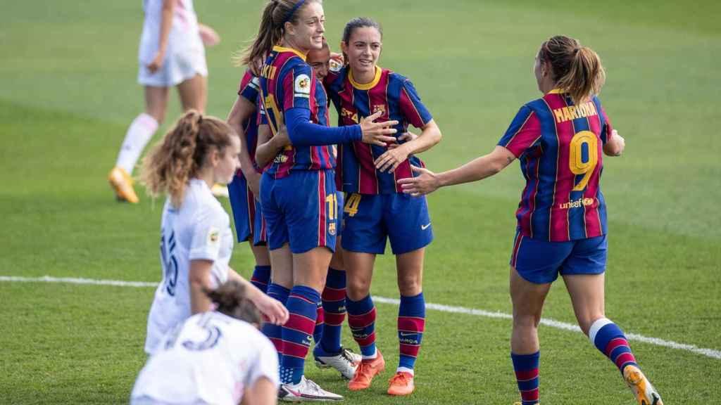 Las jugadoras del FC Barcelona celebran el primer gol en un Clásico femenino, de Patri Guijarro