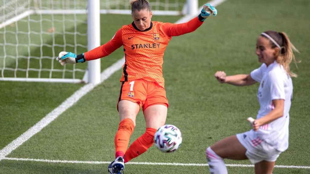Sandra Paños rechaza un balón delante de Kosovare Asllani