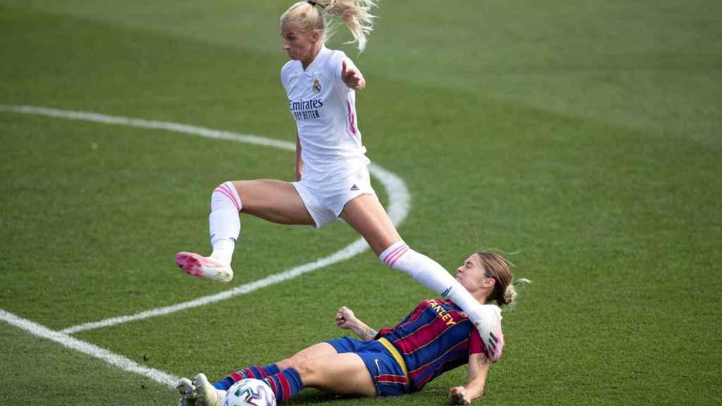 Sofia Jakobsson salta por encima de una jugadora del Barça en El Clásico