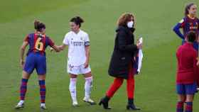 Ivana Andrés saluda a una rival tras el pitido final del Real Madrid Femenino - FC Barcelona Femenino
