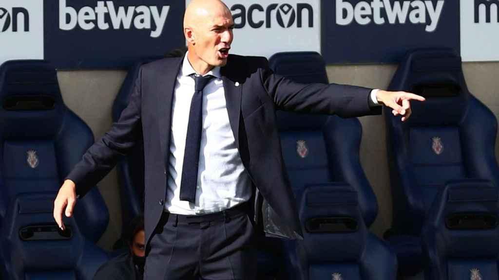 Zidane da órdenes a los jugadrore