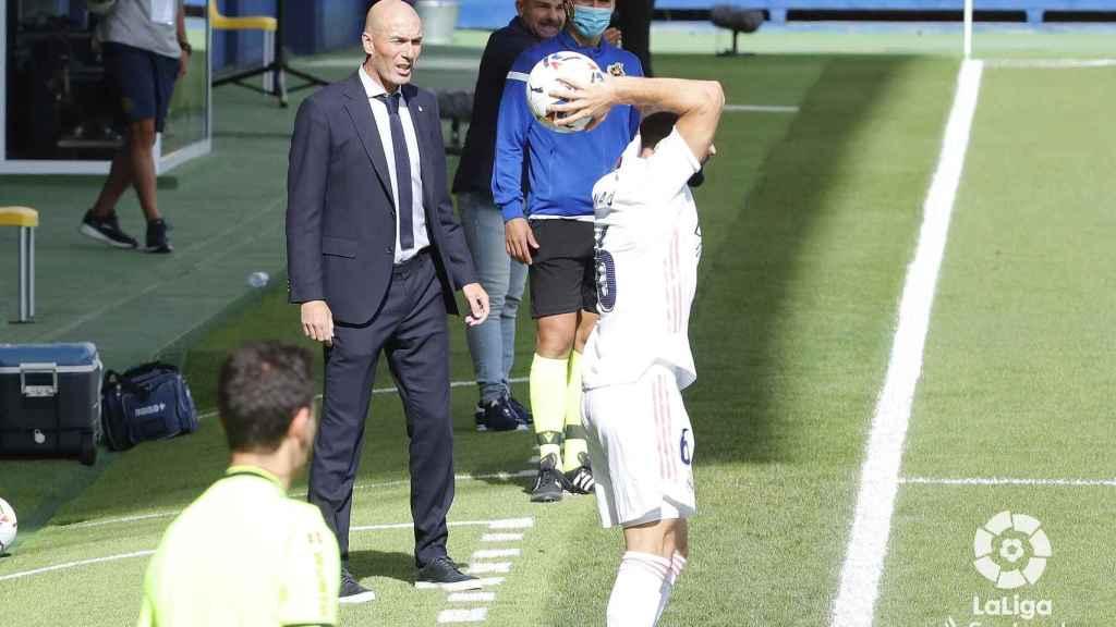 Zidane sigue el transcurso del Levante - Real Madrid desde la banda