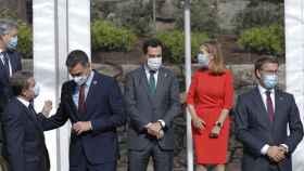 Ana Pastor, rodeada de otros políticos, incluido el presidente del Gobierno, en el Foro de La Toja.