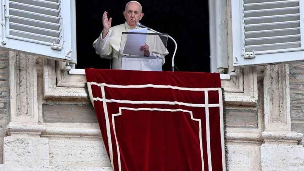 El papa Francisco  saluda desde el balcón en una de sus últimas apariciones en la Plaza de San Pedro.