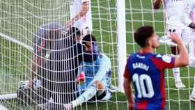 Thibaut Courtois, atendido durante el Levante - Real Madrid
