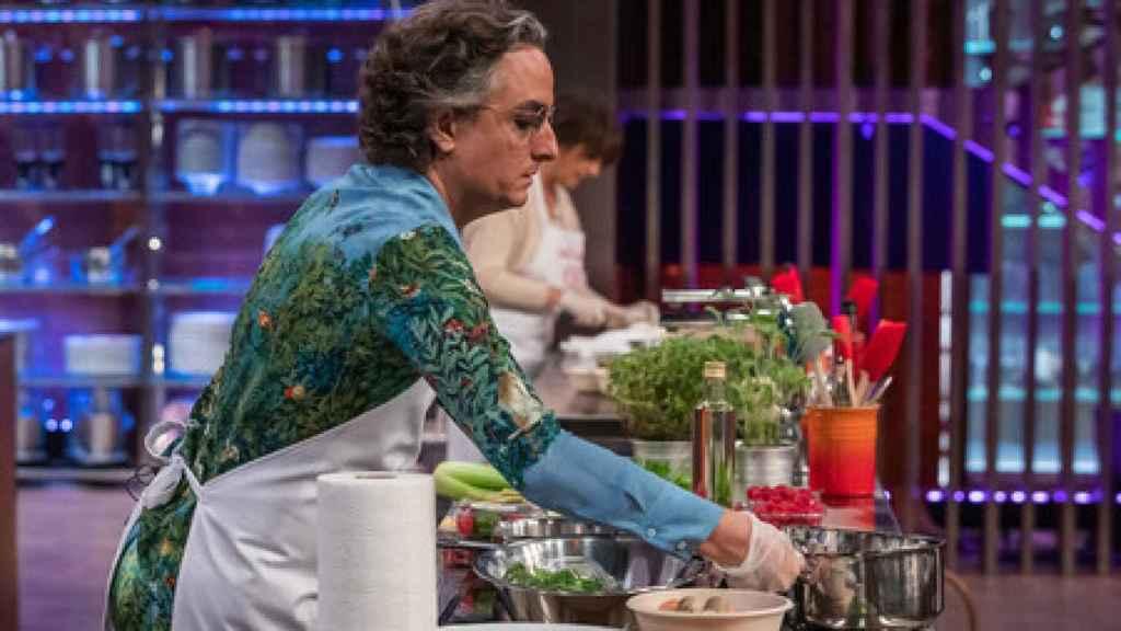Josie no pierde ni un ápice de estilo durante la elaboración de sus platos en 'MasterChef Celebrity'.