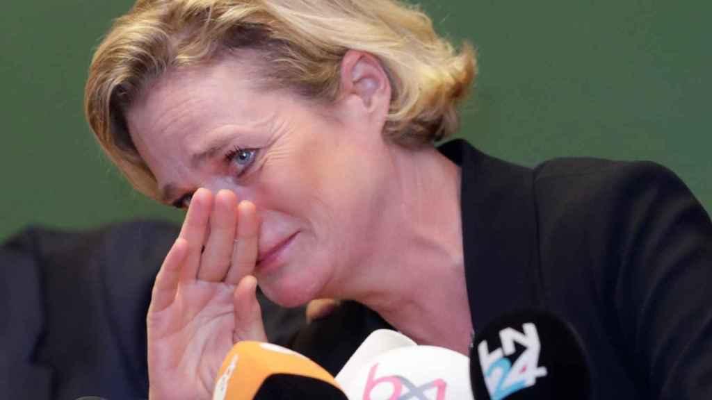 La emoción de Delphine Boël durante la rueda de prensa.