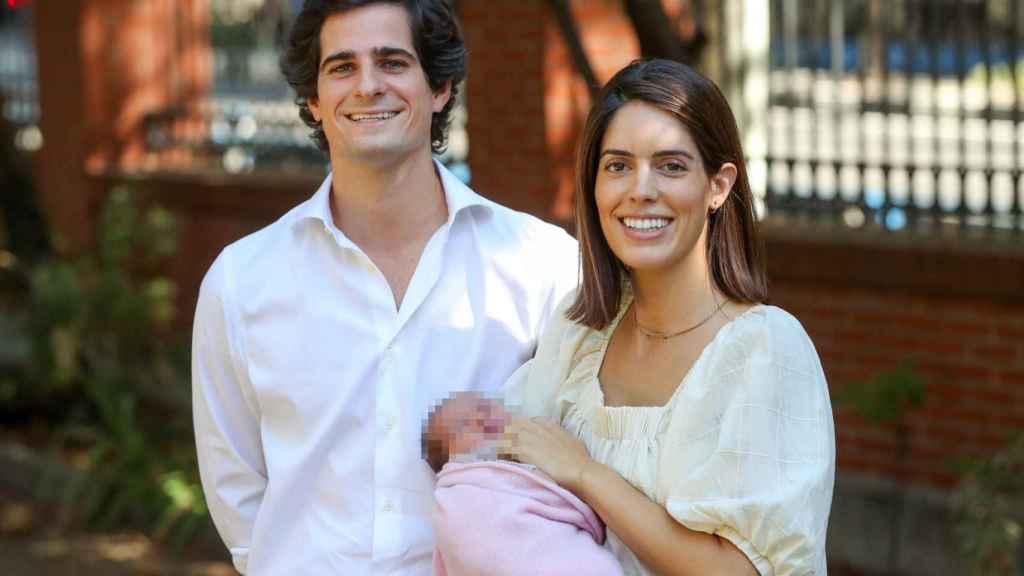 Los duques de Huéscar tras abandonar el hospital junto a su hija Rosario.