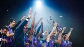 Los jugadores de San Pablo Burgos levantan el título de la FIBA Champions League