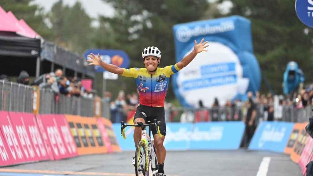 Caicedo celebra su victoria en el Giro de Italia