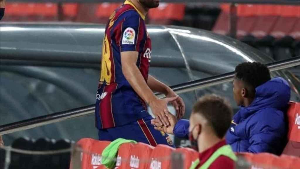 Jordi Alba tras ser sustituido ante el Sevilla FC