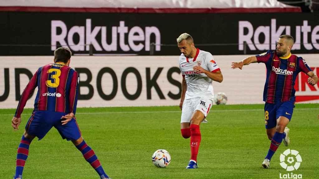 Jordi Alba persigue a un atacante del Sevilla