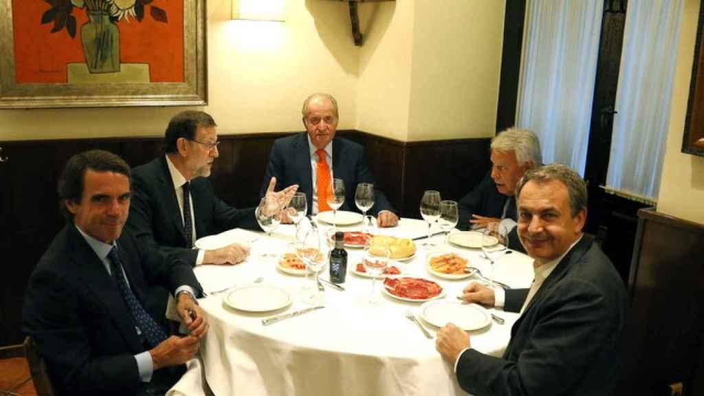 El ya rey emérito Juan Carlos, cenando en Casa Lucio junto al presidente Rajoy y sus antecesores Zapatero, Aznar y González.