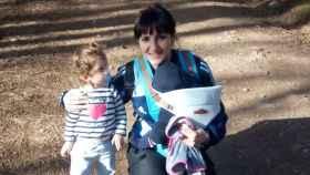 La sevillana Alicia Núñez, de 25 años, junto a sus dos hijos.
