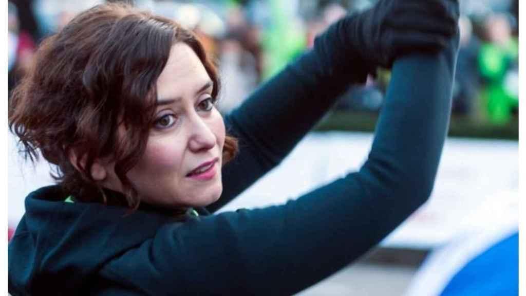 La fotografía de Díaz Ayuso con la pistola en alto ha sorprendido a Twitter.