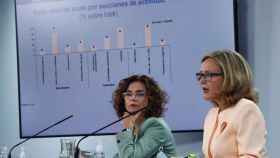 La portavoz del Gobierno y ministra de Hacienda, María Jesús Montero (i), junto a la vicepresidenta tercera del Ejecutivo, Nadia Calviño (d).