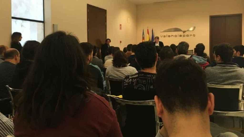 Charla en la que Aurelio Martínez informó a los alumnos del boicot a sus prácticas en los muelles.