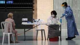 Un sanitario realiza test de antígenos en un cribado.