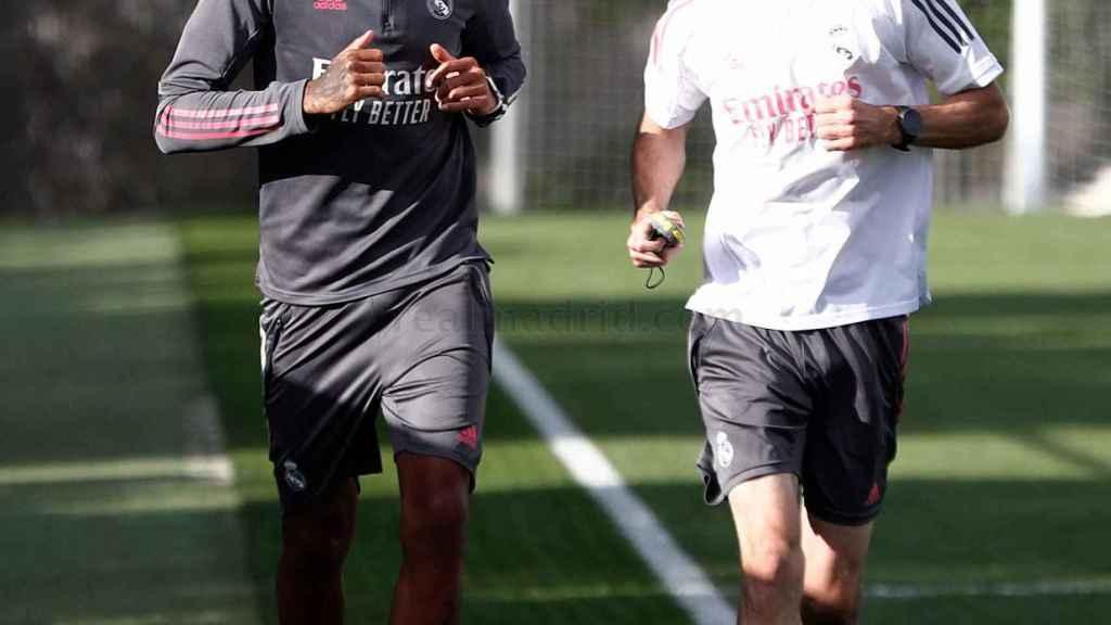 Eder Militao, junto a Grégory Dupont en un entrenamiento del Real Madrid