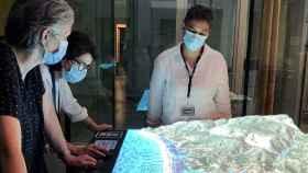 Las fundadoras de Tinkerers ante la simulación de una de las regiones de su proyecto.