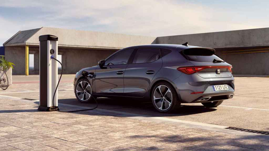 Este nuevo Seat León tiene una autonomía de 64 kilómetros en modo eléctrico.