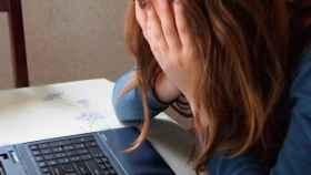 Imagen de un joven desesperado ante la pantalla del ordenador.
