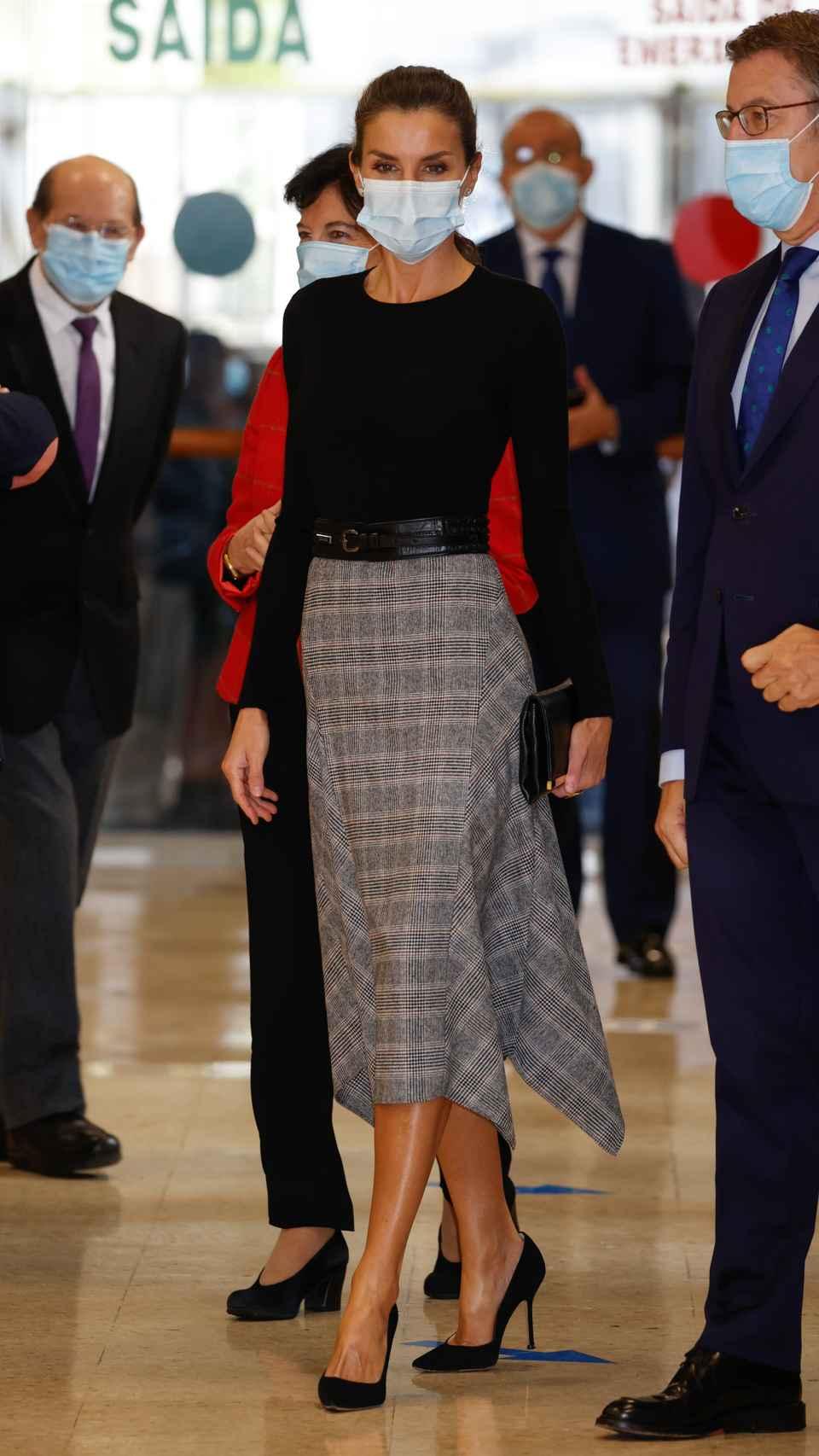 La Reina ha optado por un estilismo muy otoñal y elegante.