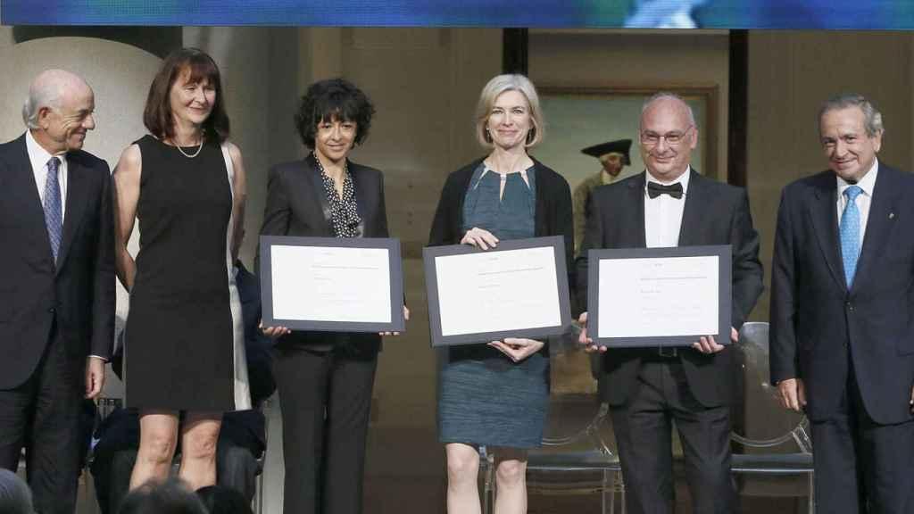 Emmanuelle Charpentier, Jennifer Doudna y Francisco Mojica recibiendo el premio Fronteras del Conocimiento 2017.