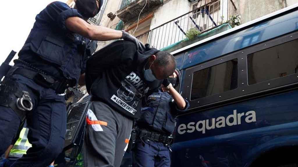 Dos 'mossos' detienen a un sospechoso.