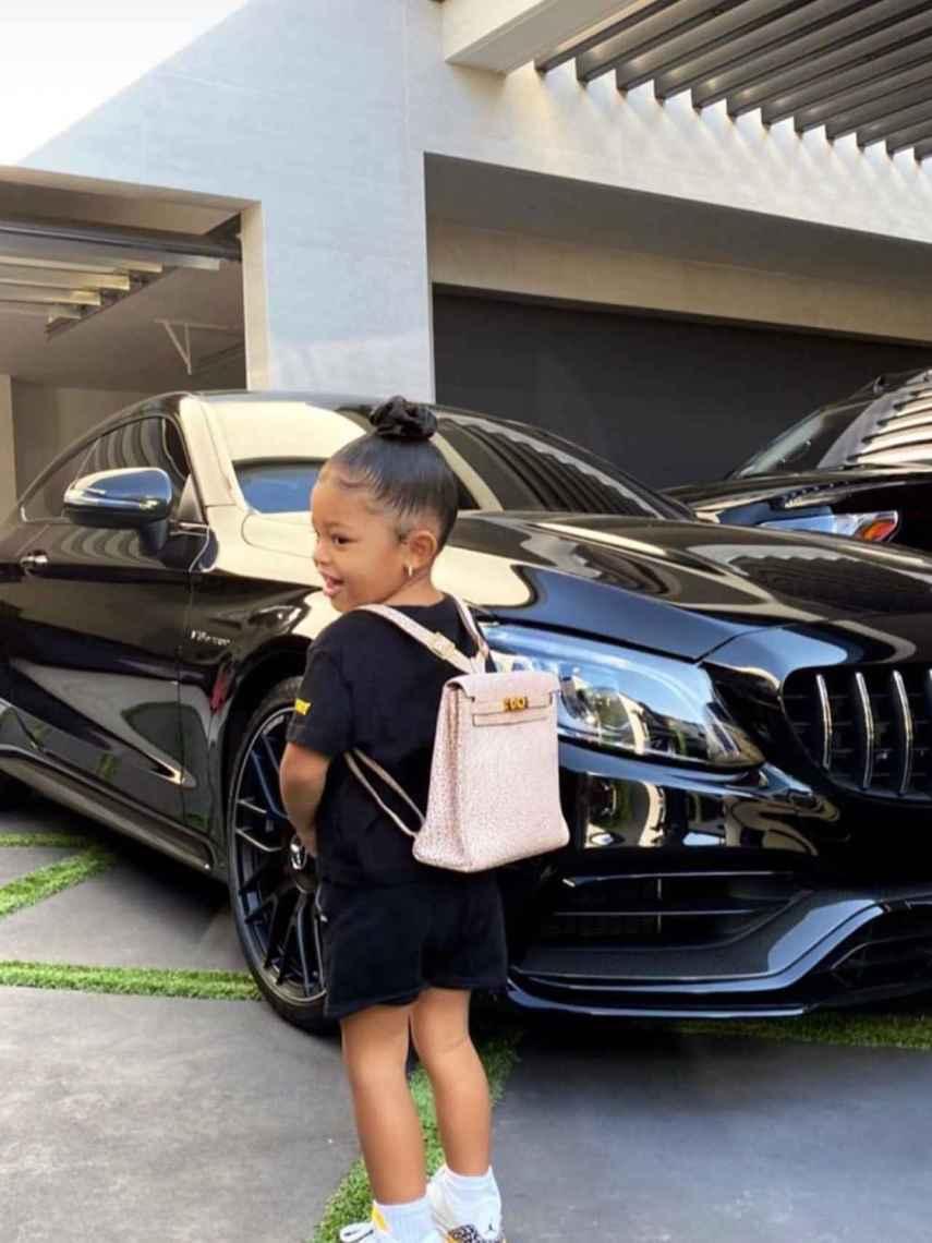 Stormi, hija de Kylie Jenner, con mochila de Hermès.