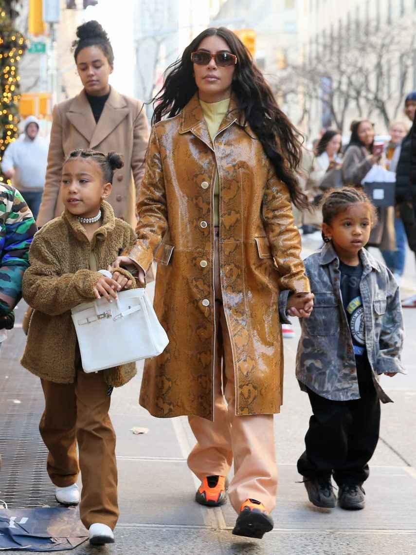 Kim Kardashian, Saint West y North West con bolso Birkin de Hermès en color blanco.